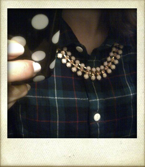 Outfit J.Crew Perfect Shirt in Black Watch mit rosa Forever 21 Kette